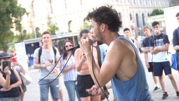 Wendja aka Lukas Plöchl bei einem Spontankonzert auf der Mariahilfer Straße