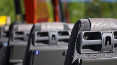 Messerattacke im Flughafen-Bus: Fahrgäste entrissen Frau Waffe