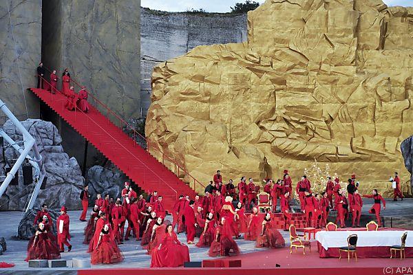 Bühne und Akteure zeigen sich in Rot