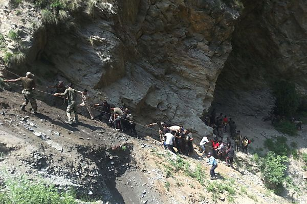 Polizisten und freiwillige Helfer bergen Tote und Verletzte