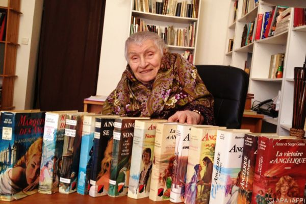 """Anne Golon im Jahr 2015 hinter einer Reihe ihrer """"Angelique""""-Romane"""