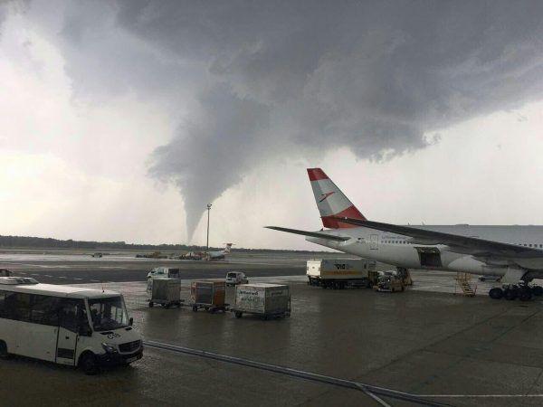 Über dem Flughafen Wien Schwechat war ein Tornado zu sehen