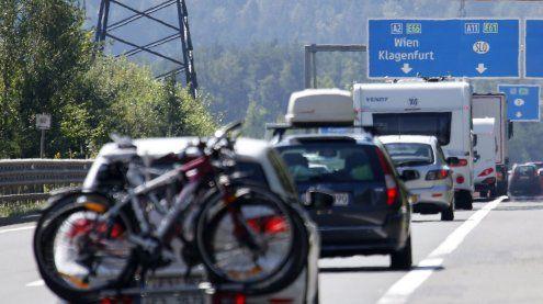 Starker Reiseverkehr: Bereits in den Morgenstunden lange Staus
