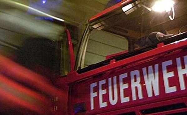 Ein Diesel-Transporter ist mit einer Güter-Lok kollidiert.