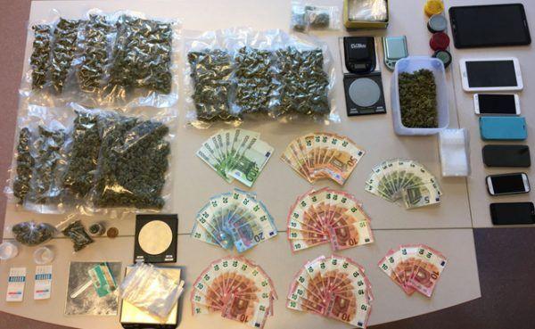 Bei den Durchsuchungen wurden Cannabiskraut, Amphetamin, Bargeld und Mobiltelefone sichergestellt.