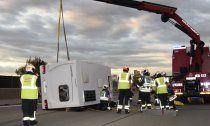 Südlich Wiens: Wohnwagen auf der A2 umgestürz