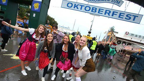 Start des Oktoberfests: Hunderte stürmen auf die Theresienwiese