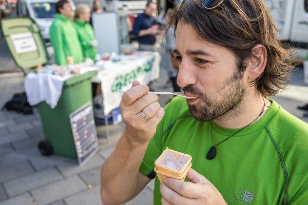 Bei der Joghurt-Verteilaktion auf der Mariahilfer Straße in Wien