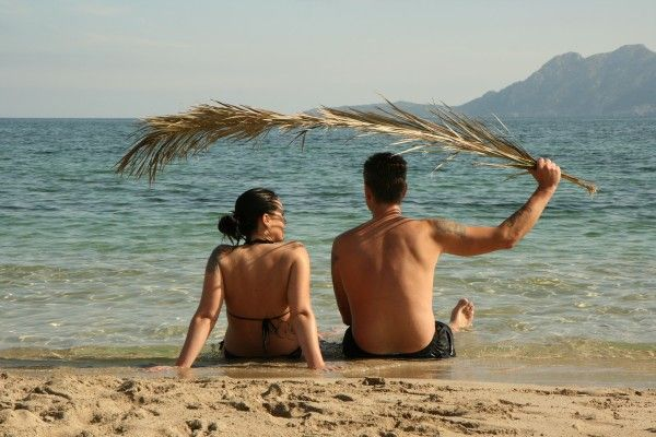 """Spätsommerlicher Hinweis, dass manche Urlaubsflirts schwerer loszuwerden sind """"als ein Sonnenbrand"""""""