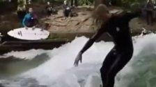 Surf-Ass Fanning rockt die Eisbach-Welle
