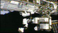 Astronauten machen Weltraumspaziergang