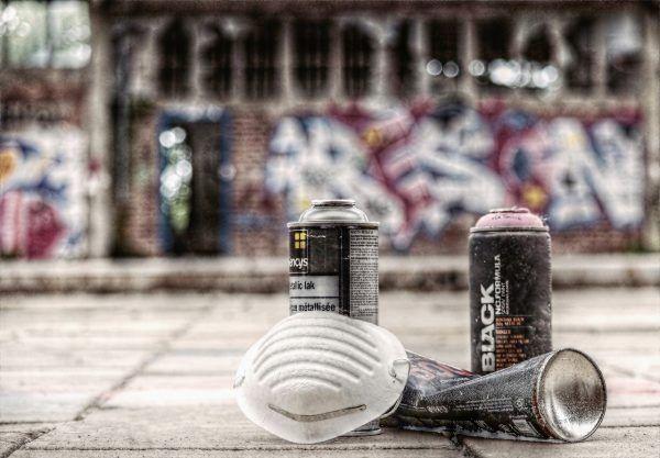 Die Polizei bittet um Hinweise zu den Urhebern der fragwürdigen Graffiti.