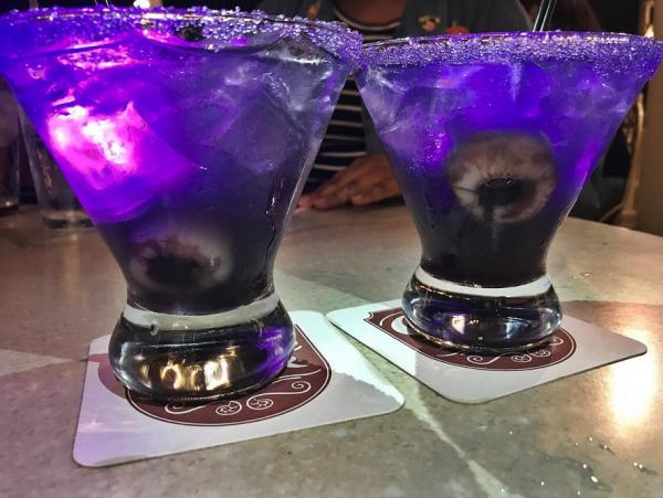 Zu Halloween präsentiert Disneyland einen gruseligen Cocktail.