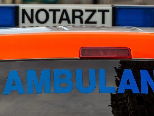 Der Fahrer und die Beifahrerin wurden ins Krankenhaus gebracht.