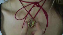 Frau trägt Schamlippen nach OP als Halskette