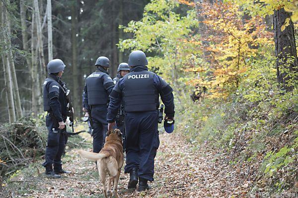 Die Polizei vermutet den Mann irgendwo im Wald