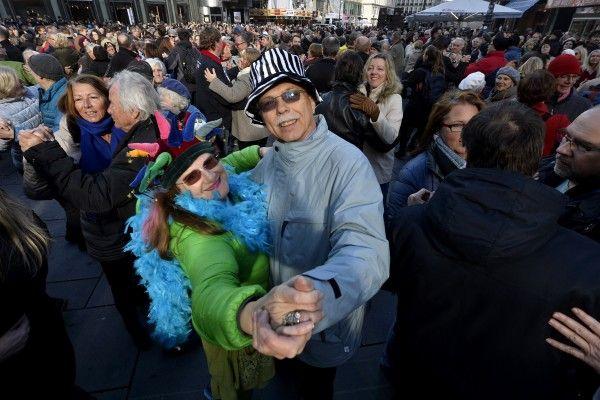 Passanten und Touristen wurden zur Quadrille am Wiener Stephansplatz geladen