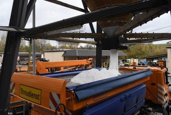 Ein Fahrzeug des ASFINAG-Streudienstes wird in Wien mit Streusalz befüllt