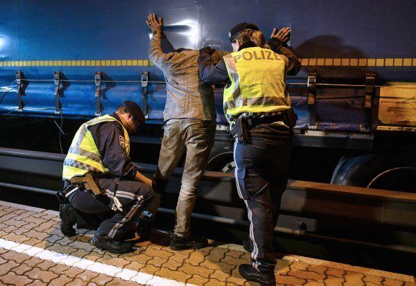 Polizisten bei der Festnahme eines Flüchtlings im Rahmen einer Güterzugkontrolle am Bahnhof Steinach am Brenner im August 2017.