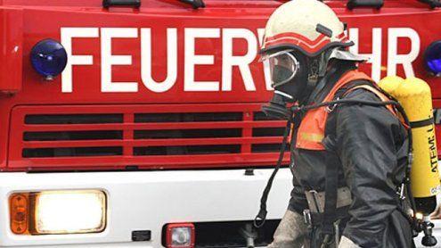 Wohnhausbrand und Auto-Unfall fordern zwei Menschenleben
