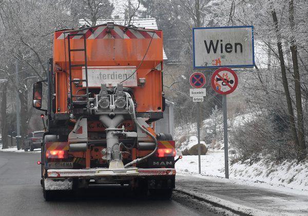 Der erste Schnee in Wien sorgte für Unfälle und Staus im Frühverkehr.