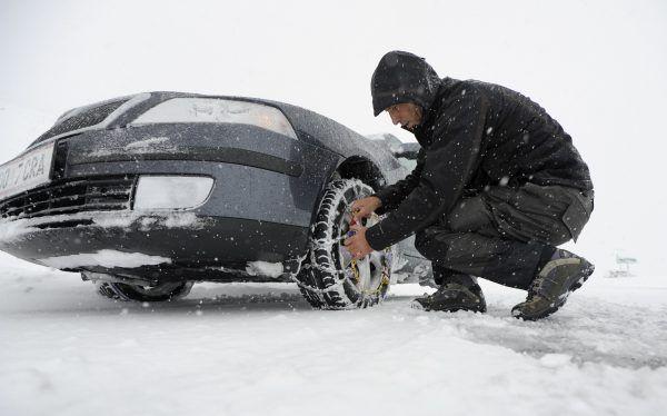 Bevor der Ernstfall eintritt, sollte man das Auf- und Abziehen von Schneeketten einmal testen.