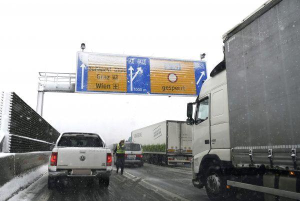 Nicht zum ersten Mal ist die Außenring-Autobahn (A21) zwischen dem Knoten Steinhäusl und Hochstraß Richtung Wien wegen Schneefalls gesperrt worden