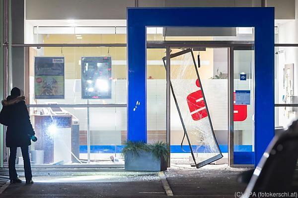Eingang zur Bank wurde schwer beschädigt