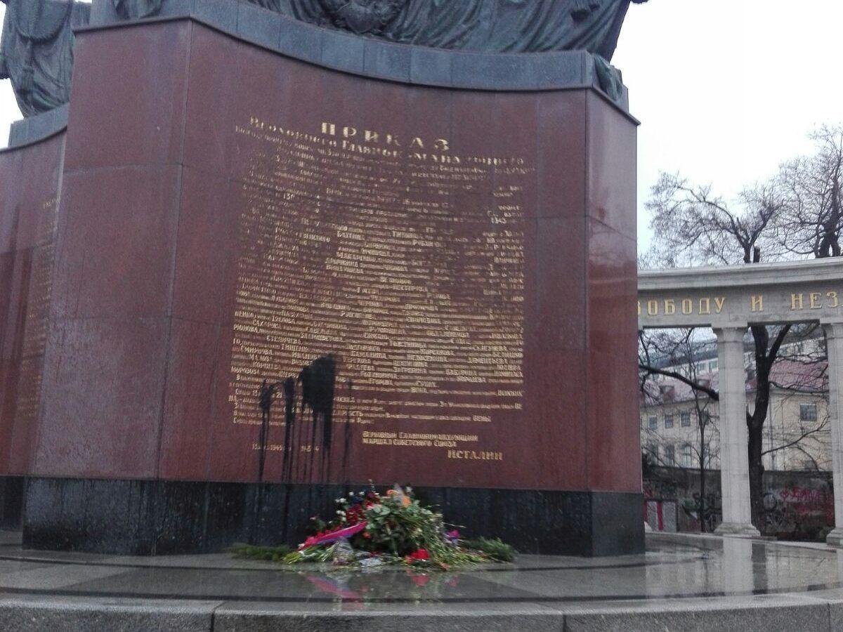 Wien Unbekannte Beschmierten Russen Denkmal Am Schwarzenbergplatz