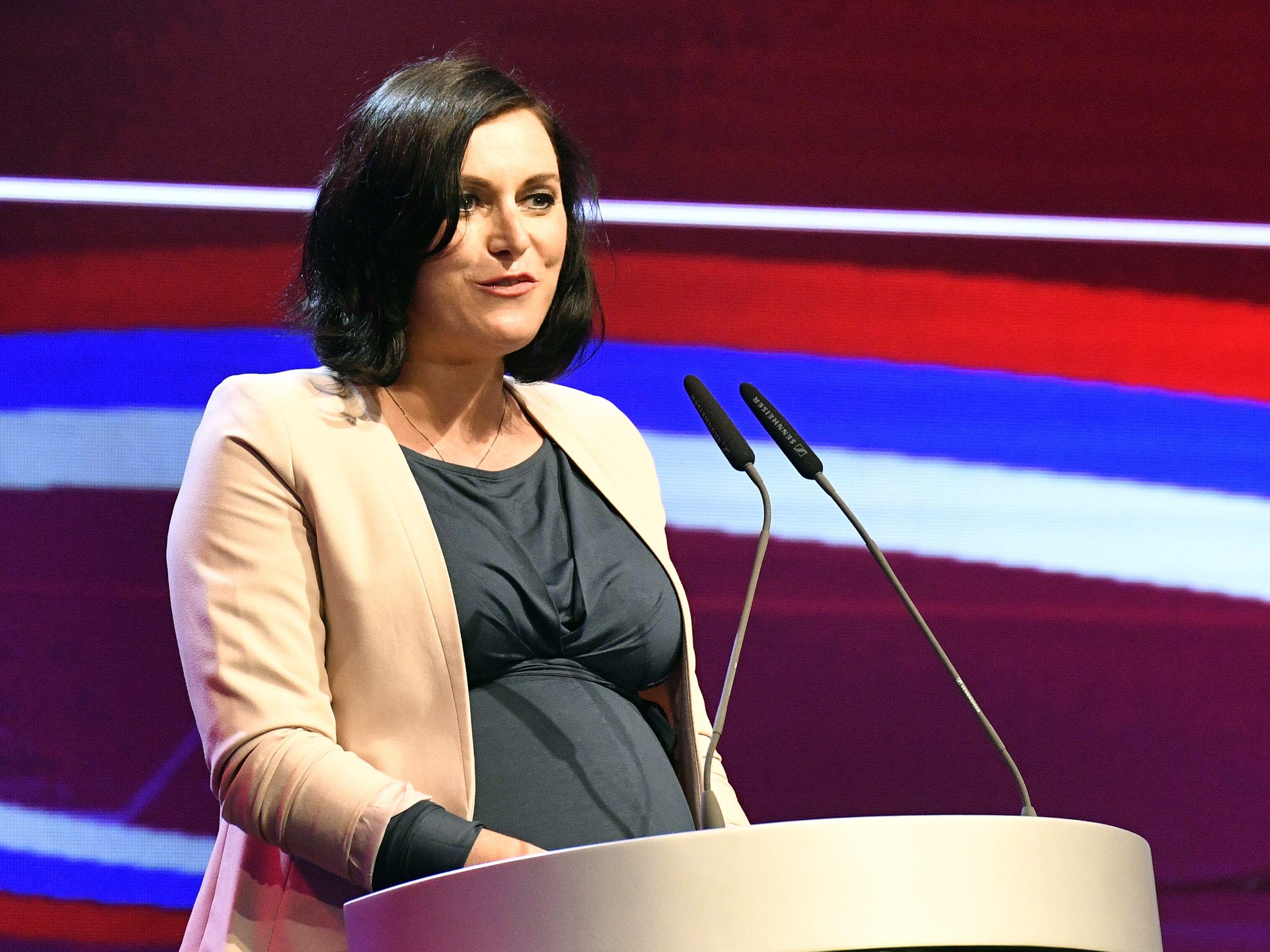 Ministerin Köstinger Ist Mutter Eines Sohnes Geworden Politik