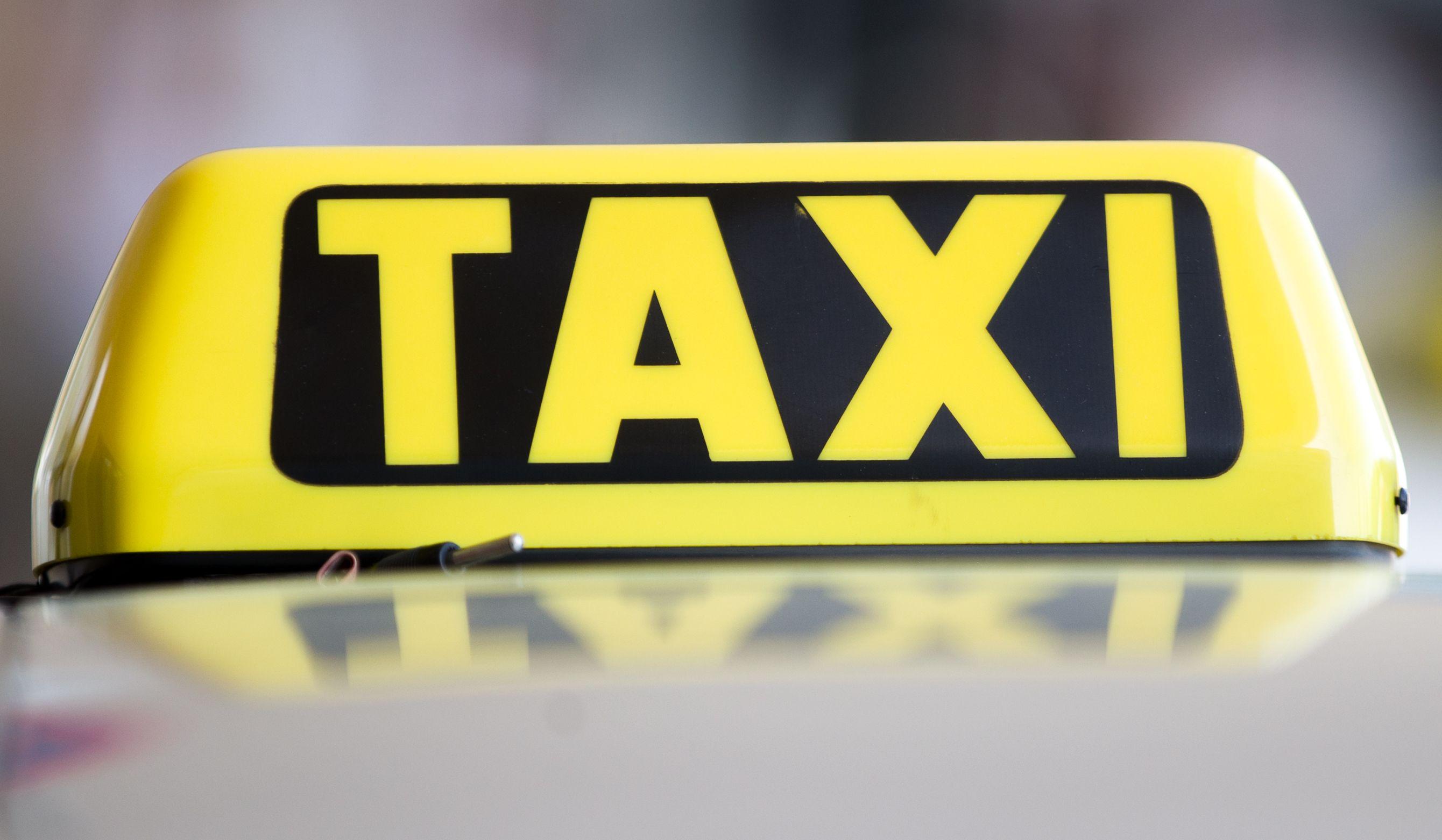 Taxi krachte gegen Strommasten in Wien-Penzing: Insassen schwer verletzt