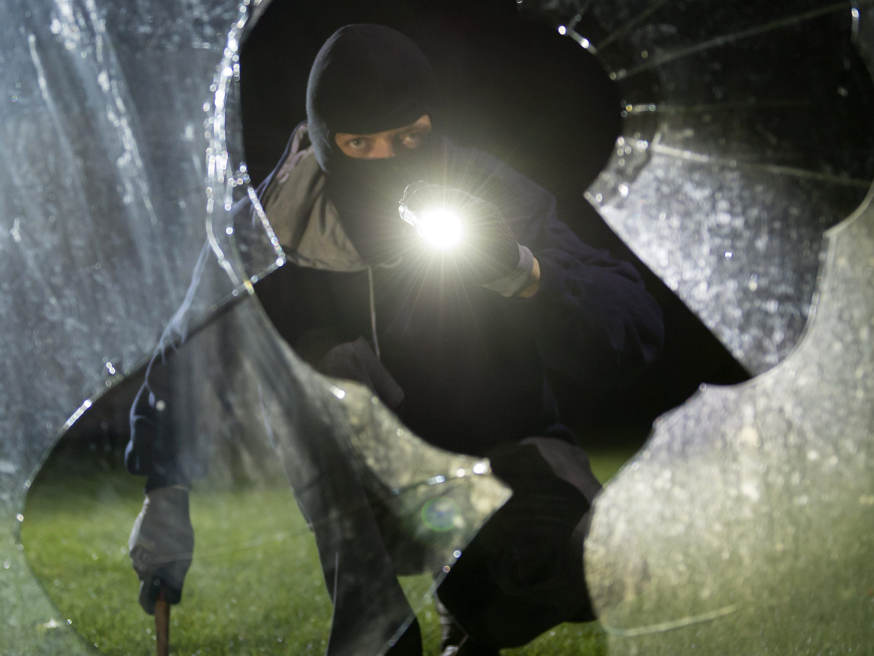 Der Einbrecher stieg über ein gekipptes Fenster in den Keller in  Wien-Favoriten. a00116bdf12