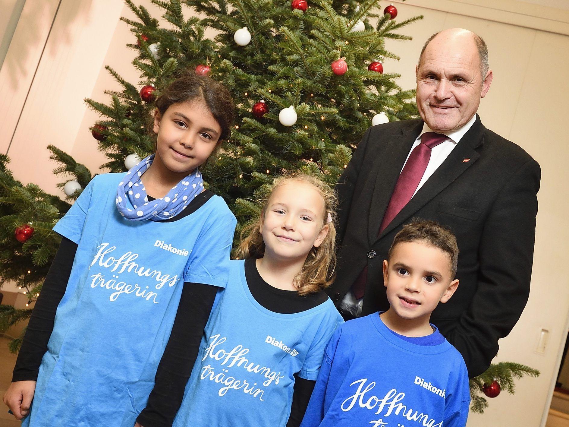 Wer Schmückt Den Weihnachtsbaum.Weihnachtsbaum Im Hohem Haus Nordmanntanne Schmückt Das Parlament