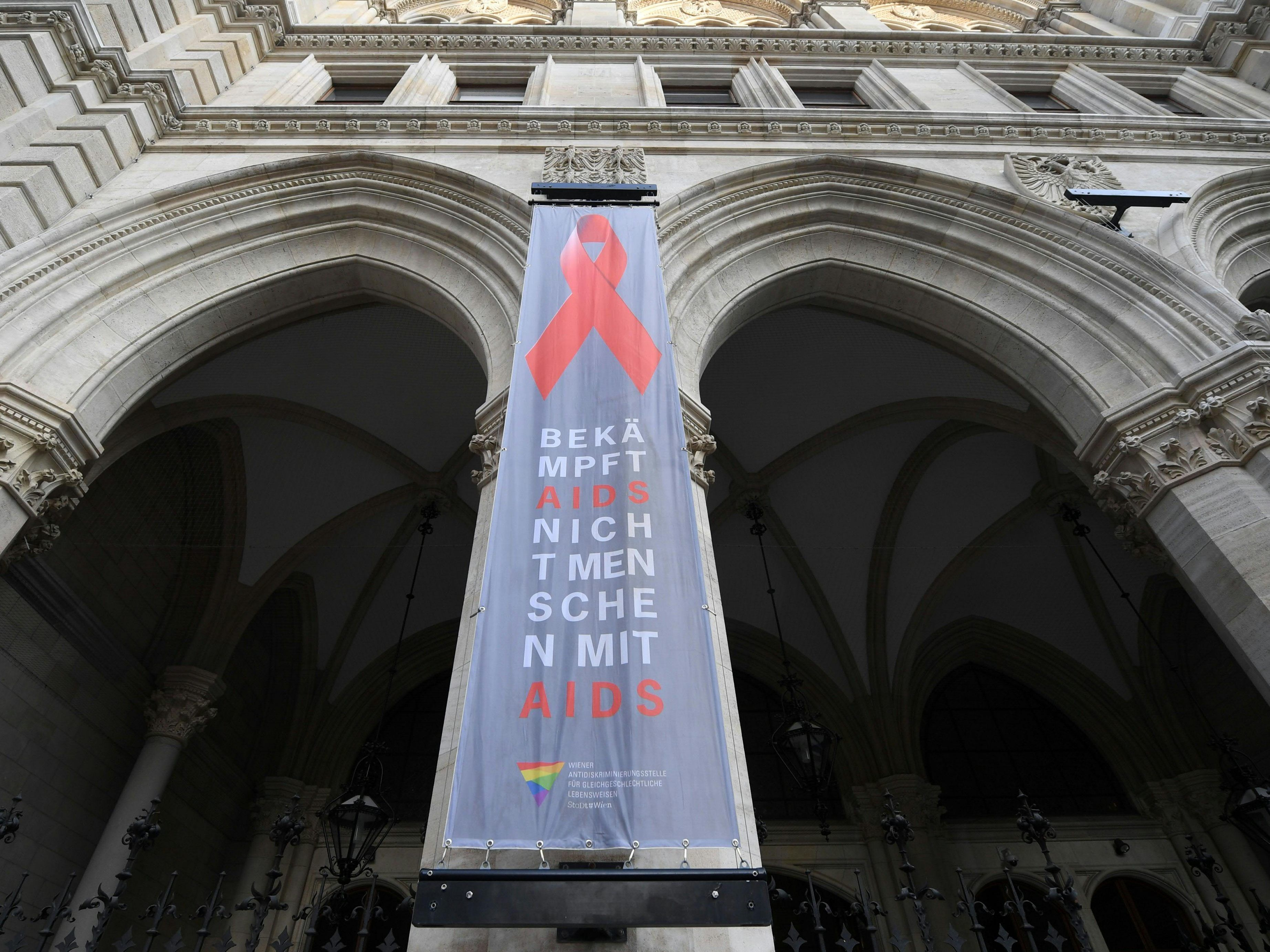 On World AIDS Day on December 1, Vienna City Hall presents itself with a new flag.