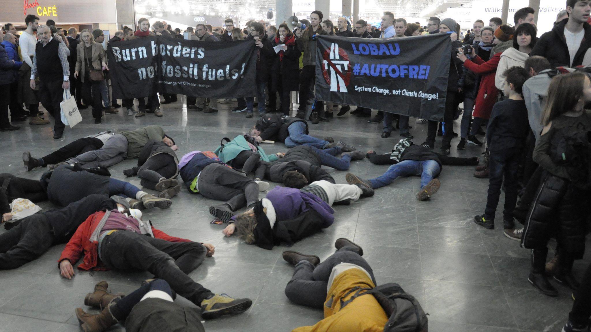 """Klima Demo Wien News: Klima-Aktivisten Veranstalteten """"Die-in""""-Protest Bei"""