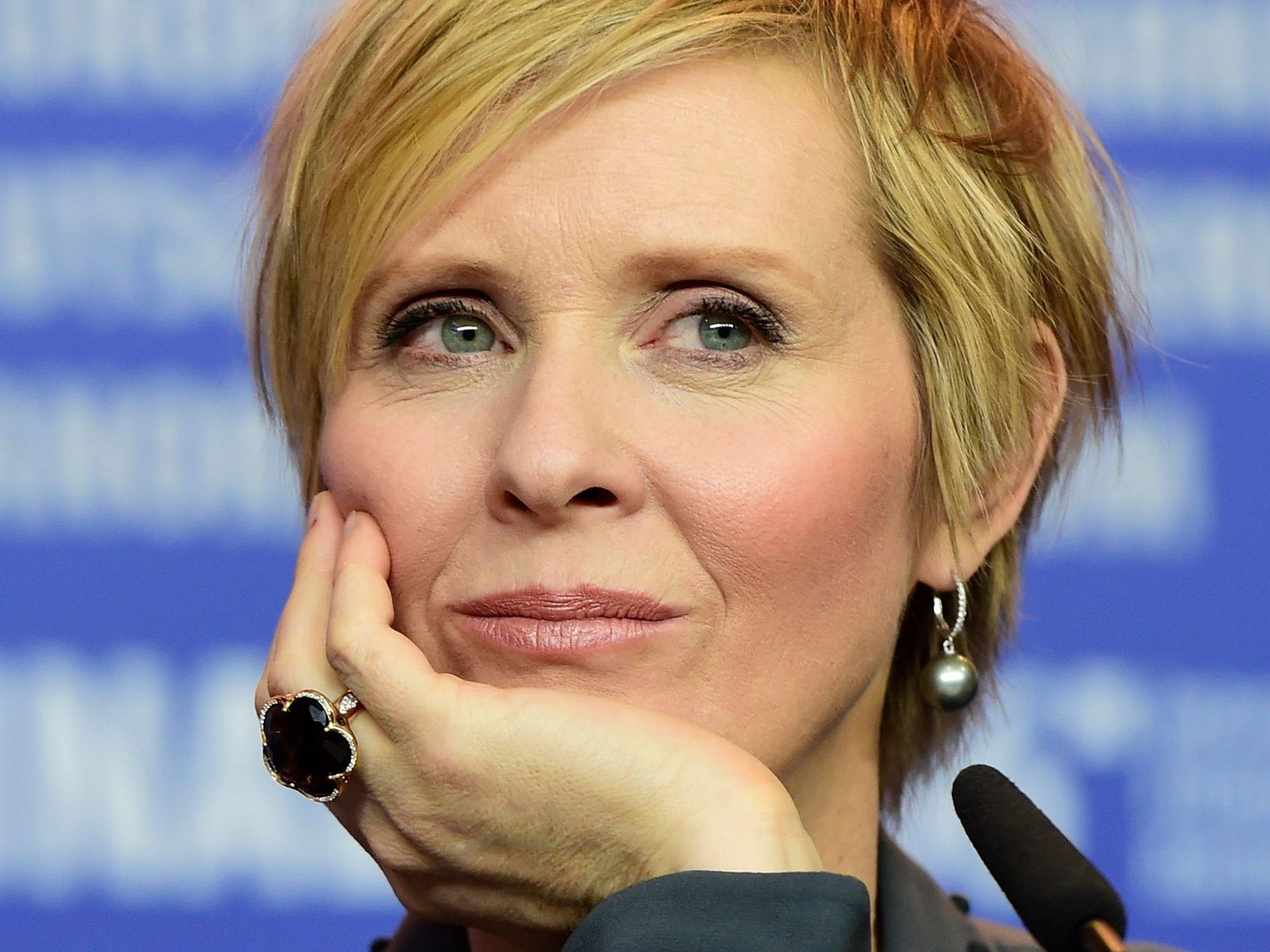 "Schauspielerin Cynthia Nixon zitiert im Video das Gedicht ""Be A Lady They Said""."